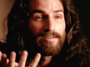 Os olhos do Cristo de Mel Gibson são únicos; tão únicos que nem uma foto capta - é preciso ver o filme para perceber - de fato, uma grande sacada do diretor, que também assina o roteiro junto com Benedict Fitzgerald